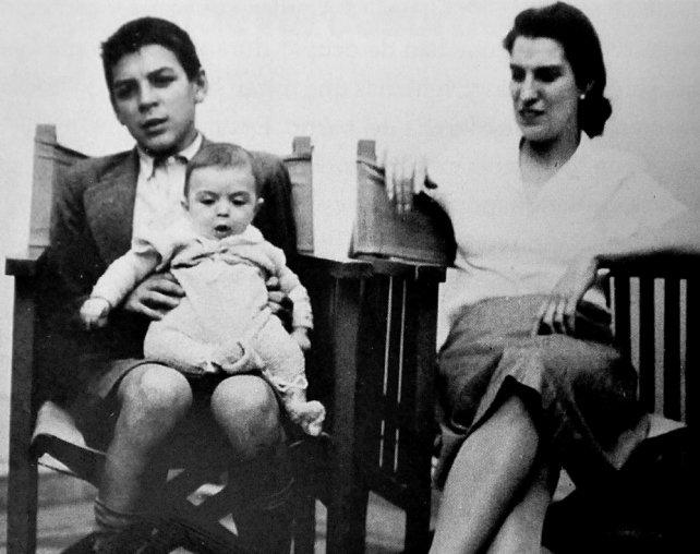 15-годишният Ернесто държи на коленете си своя най-малък брат Хуан Мартин. До тях е майка им Селия де ла Серна. Снимка: Diario Uno