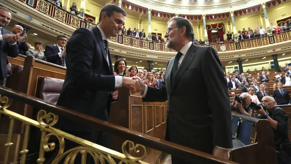 Получилият вот на недоверие досегашен премиер на Испания Мариано Рахой (вдясно) пръв поздрави автоматично издигнатия за нов министър-председател вносител на вота Педро Санчес. Снимка: El Pais