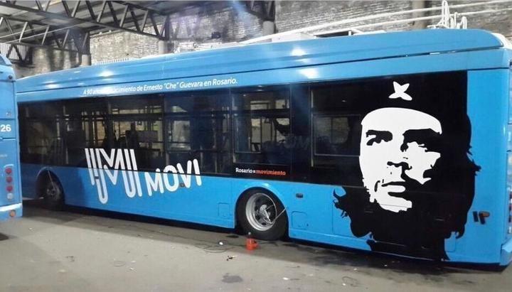 Такива автобуси с лика на Че сега са чест от обществения транспорт в Росарио. Снимка: eltribuno