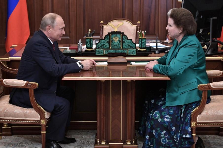 Валентина Терешкова и Владимир Путин по време на срещата им на 16 юни т. г. по повод 55-годишнината от полета на първата в света жена космонавт. Снимка: kremlin.ru