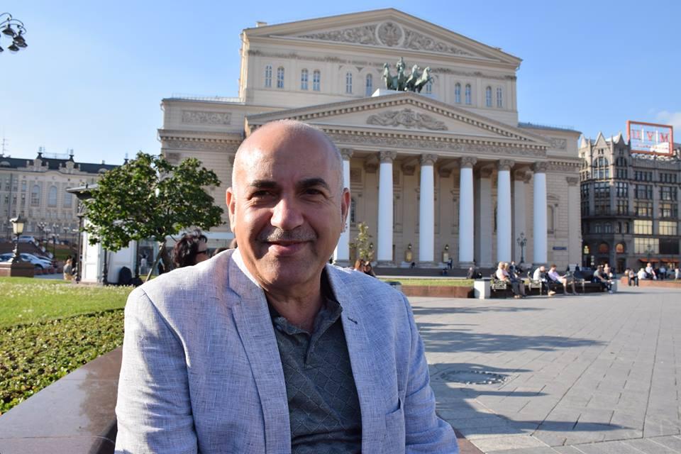 Али Абделла Алахмад пред Болшой театър в Москва, където авторката на интервюто разговаря с него. Снимка: Оля Ал-Ахмед