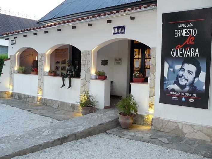 Къщата в Алта Грасия, в която израства малкият Ернесто и коядо днес е музей. На парапета на верандата личи бронзовата скулптура, която го изобразява като момче. Снимка: eldiariodecarlospaz
