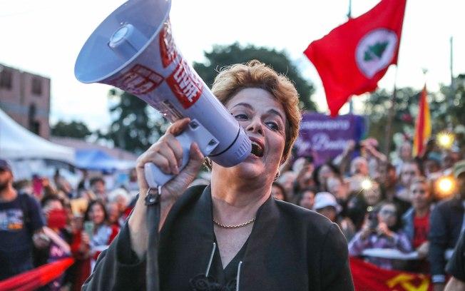 Дилма Русеф сред протестиращите за освобождаването на Лула демонстранти в Куритиба. Снимка: Resumen Latinoamericano