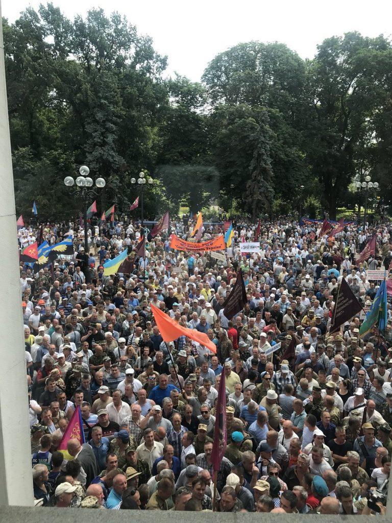 Изпълненият с протестиращи площад пред Върховната рада, сниман отвътре от депутата Алекс Рябчин. Снимка: Туитър