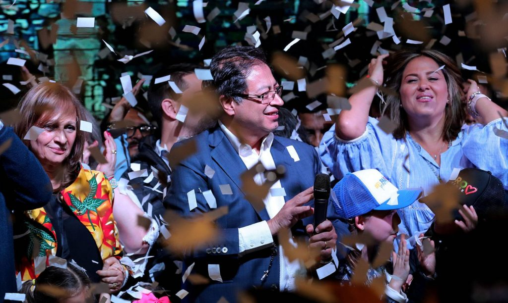 В следизборната нощ Густаво Петро (в средата) и съидейниците му празнуваха като победители подкрепата на 8 милиона избиратели. Снимка: El Pais