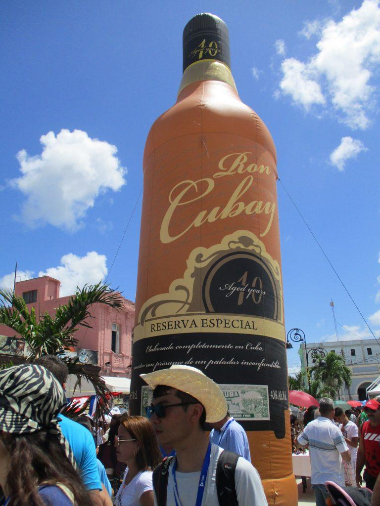 """Огромна надуваема бутилка славеше насред централния площад на Сагуа Ла Гранде прочутия ром """"Кубай"""". Снимка: Къдринка Къдринова"""
