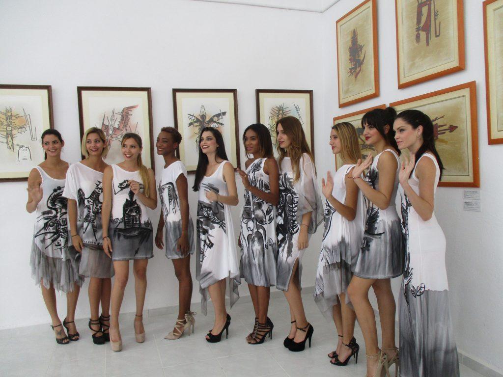 Щампите върху роклите на тези момичета са репродукции на картини на Вифредо Лам. Те бяха представени редом до творбите му по стените в галерията на негово име. Снимка: Къдринка Къдринова