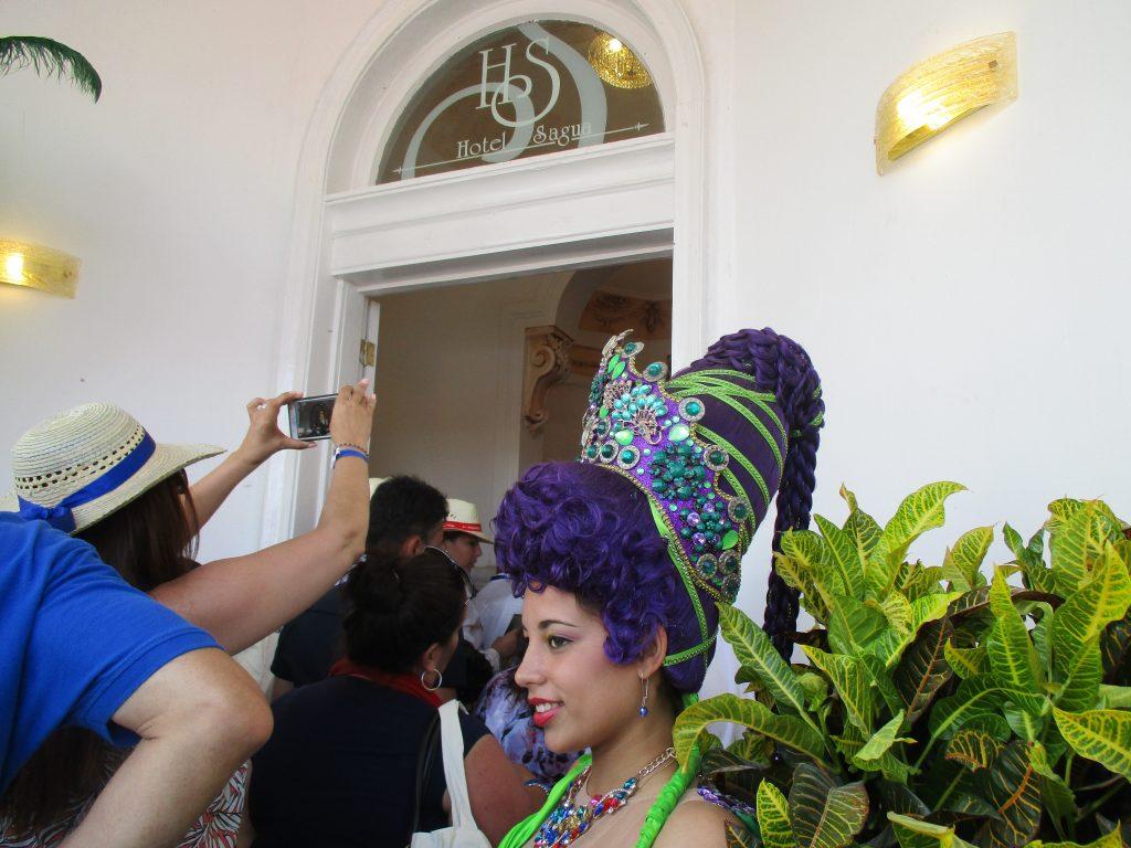 """Момичета и момчета в красиви театрални костюми и перуки посрещаха край входа гостите за откриването на гранд-хотел """"Сагуа"""". """"Момичето със синята коса"""" от """"Пинокио"""" също беше там. Снимка: Къдринка Къринова"""