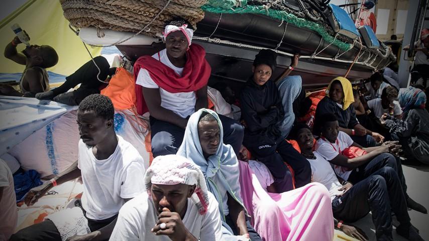"""Мигранти на борда на кораба """"Акуарис"""". Снимка: El Pais"""