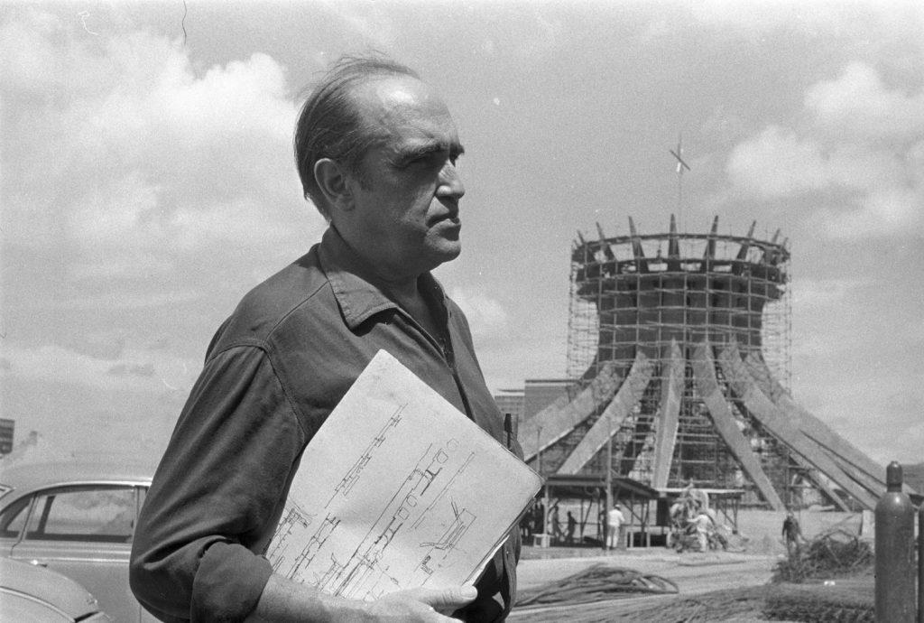 Оскар Нимайер, създателят на столицата Бразилия, пред строящата се там катедрала. Снимка: CAU/BR