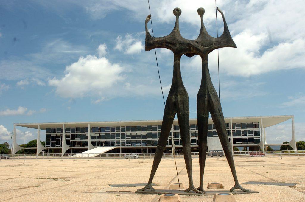 Паметникът на кандангос в град Бразилия. На заден план се вижда президентският дворец. Снимка: Wikimedia Common