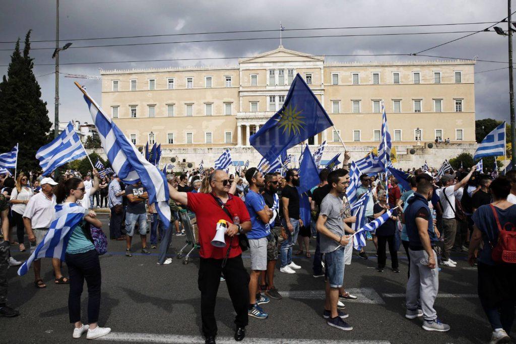 Демонстранти в центъра на Атина в събота негодуват срещу името Северна Македония. Снимка: EFE