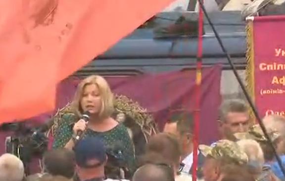 Зам.-председателката на Радата Ирина Герашченко се опитва да успокоява протестиращите с обещания да се разгледат исканията им. Снимка: depo.ua