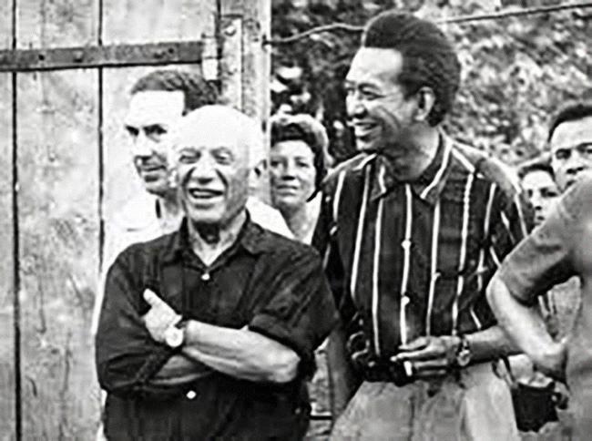 Вифредо Лам с Пабло Пикасо през 50-те години на ХХ век. Снимка: hashtaglegend