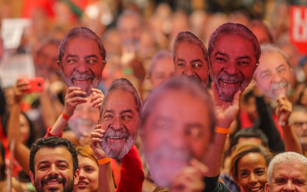 По време на митинга в Контажем, щата Минас Жераис, докато Дилма Русеф четеше манифеста на Лула, множеството размахваше неговия образ. Снимка: esmaelmorais