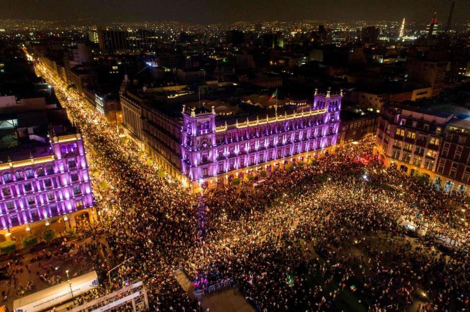 """Човешкото море се стича за следизборния митинг на Обрадор на централния площад """"Сокало"""" в столицата Мексико. Снимка: El Pais"""