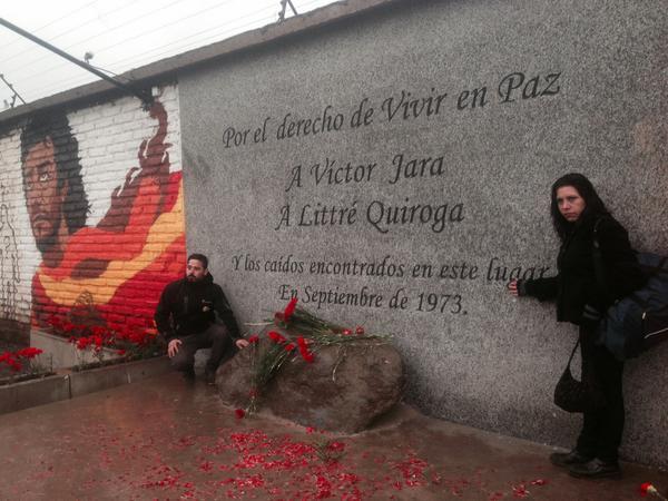 Днес на мястото, където преди 45 години са били изхвърлени и после открити труповете на Виктор Хара и Литре Кирога, има малък мемориал. Снимка: TeleSur