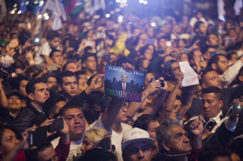"""""""Всички с теб, президенте"""", пише на малкия плакат издигнат от един от привържениците на Обрадор на митинга след победата му. Снимка: El Pais"""
