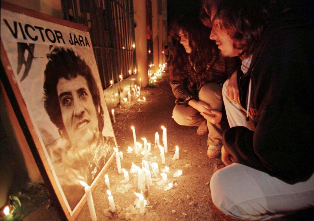 Възпоменанията за Виктор Хара в Чили и до днес са заредени с повик за справедливост и възмездие за всички жертви на бруталната военна диктатура. Снимка: El Pais