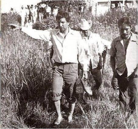 Младият Андрес Мануел Лопес Обрадор гази бос из напоявано поле заедно с индианците от село Тукта в щата Табаско. Снимка: culturacolectiva