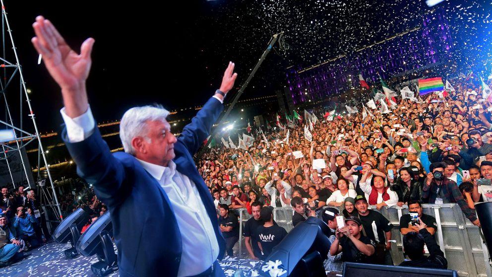 Андрес Мануел Лопес Обрадор приветства привържениците си на многохилядния митинг в следизборната нощ в центъра на град Мексико. Снимка: skynews