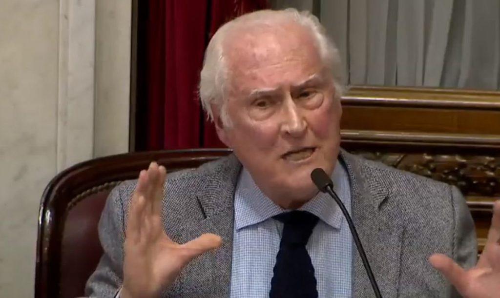 Кинорежисьорът и сенатор Пино Соланас развълнува дълбоко обществото в Аржентина с речта си. Снимка: El Diario Popular