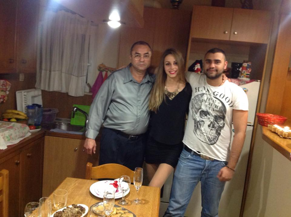 Алдо (вляво) с дъщерята и сина у дома в Атина. Снимка: Фейсбук