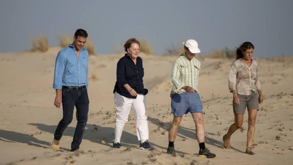 Педро Санчес и Ангеа Меркел (крайните вляво) зазят из дюните на Доняна заедно с половинките си. Снимка: El Pais