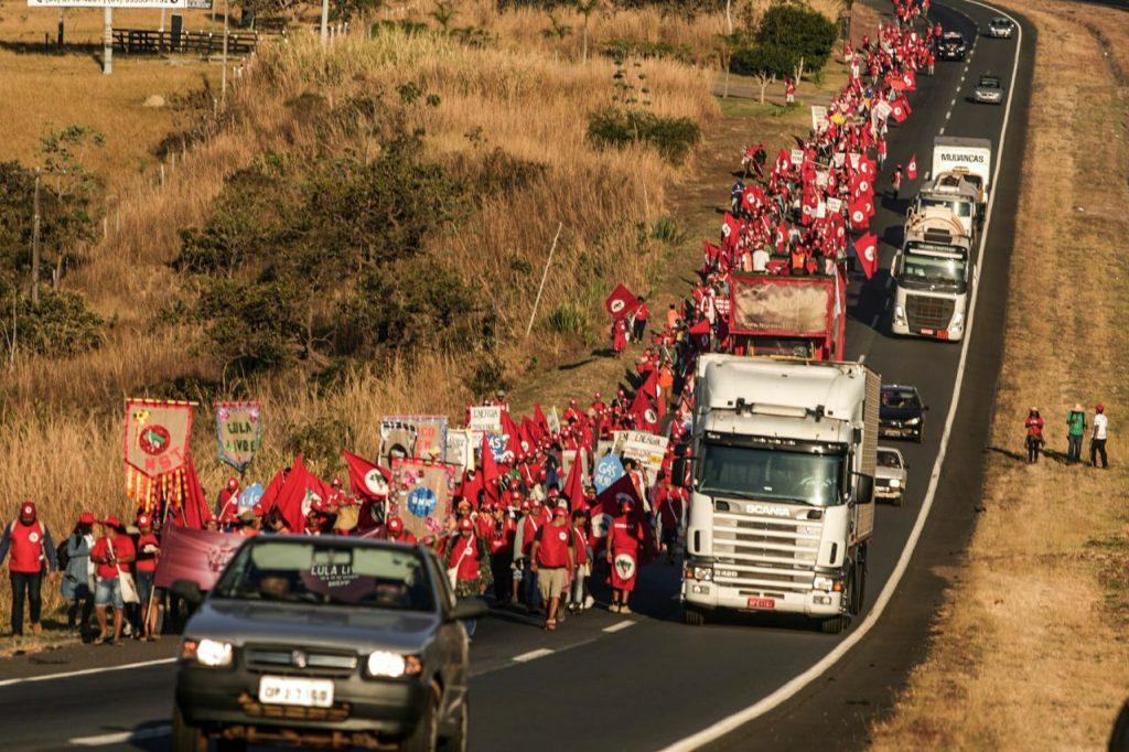 Един от лъчовете на селския поход от всички части на Бразилия, който се събира на 15 август в столицата, за да подкрепи президентската кандидатура на Лула. Снимка: Resumen Latinoamericano