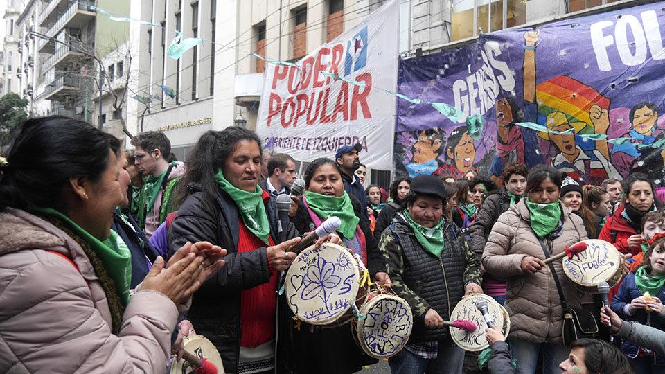 """Представителки на индианските общности също се включиха в шествията """"за"""" легализация на аборта под лозунги за """"народна власт"""". Снимка: Resumen Latinoamericano"""