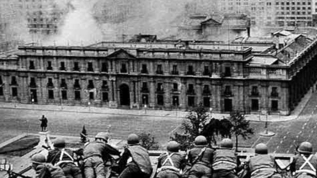 """Президентският дворец """"Ла Монеда е бомбардиран и щурмуван. Снимка: Пренса Латина"""