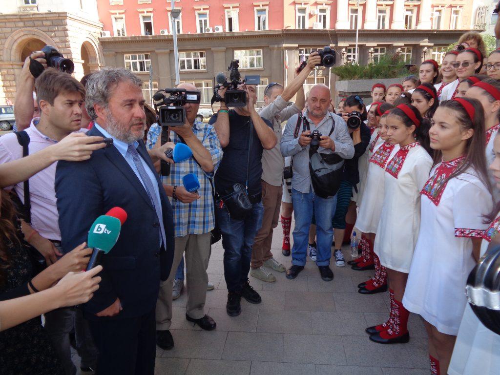 Културният министър Боил Боев отиде при децата, за да ги покани в МС. Снимка: Къдринка Къдринова
