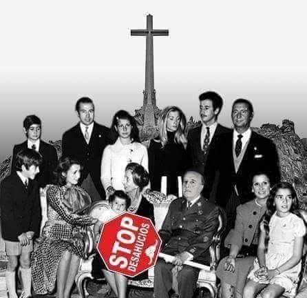 """Още една вариация на същата шега. Тук е използвана архивна снимка на диктатора сред семейството му. Той пак държи знака с надписа """"Стоп на изселванията"""". Снимка: Туитър"""