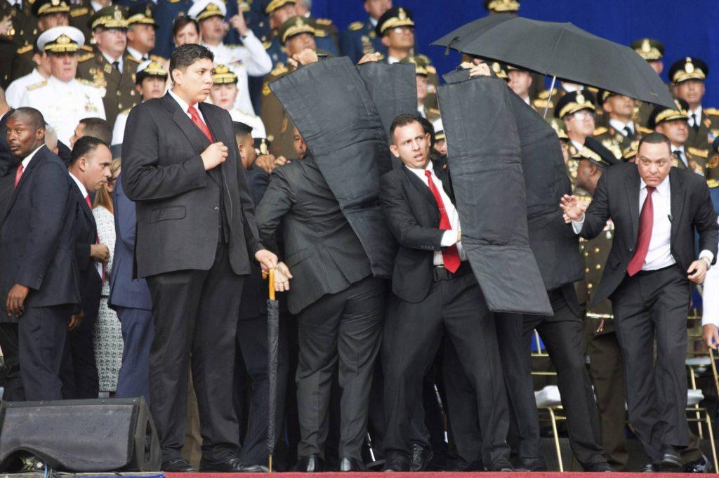 Охраната прави заслон с бронирани жилетки за президента Николас Мадуро. Снимка: Синхуа Никола
