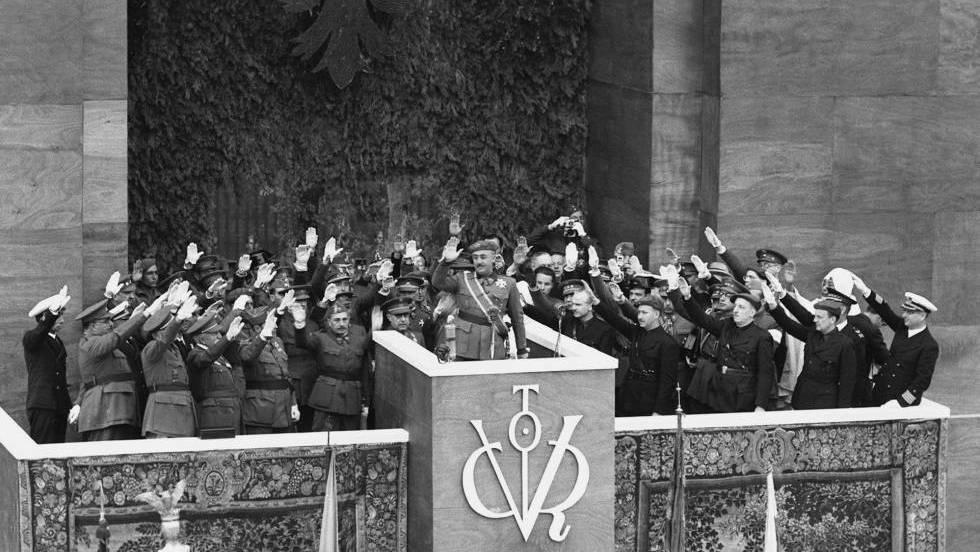 """Франко, заобиколен от приветстващи го с фалангистки (и фашистки, и нацистки) поздрав военни на """"парада на победата"""" в испанската гражданска война–19 май 1939 г. Снимка: El Pais"""
