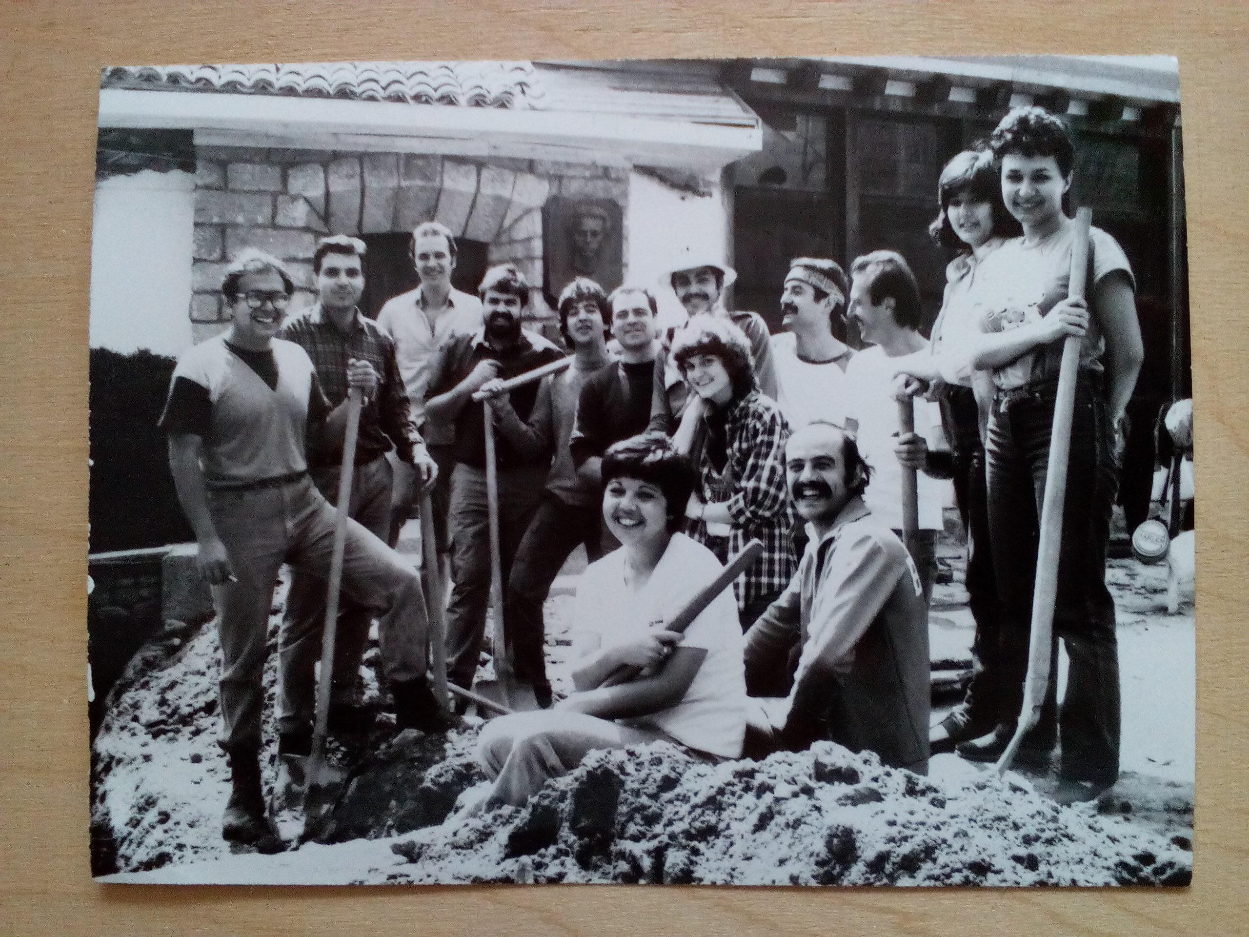 """Бригадата с участници в никарагуанската """"битка за кафето"""", която през 1987 г. се включва в ремонта около музея на Левски в Карлово. Тук е и Алдо Бермудес–петият отдясно след изправените, с бяла шапка и мустаци. Снимка: Пламен Тодоров"""