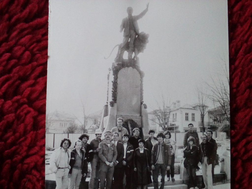 Участници в същата бригада в Карлово през 1987 г. край паметника на Левски в града. Алдо Бермудес е заедно с още трима никарагуански младежи–четвъртият отляво надясно. Снимка: Пламен Тодоров
