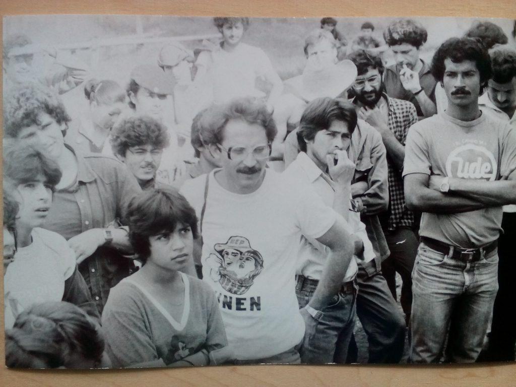 Другите двама българи, които бяха с мен на бригадата през 1985 г.–докторът Валентин Буюклиев (в средата, с очила и бяла тениска с надпис UNEN, това е абревиатурата на Националния съюз на учещите в Никарагуа) и икономистът Христо Григоров (вляво от Буюклиев–висок и къдрокос, в тъмна риза, наднича над главата на никарагуански ученик). Снимка: Къдринка Къдринова