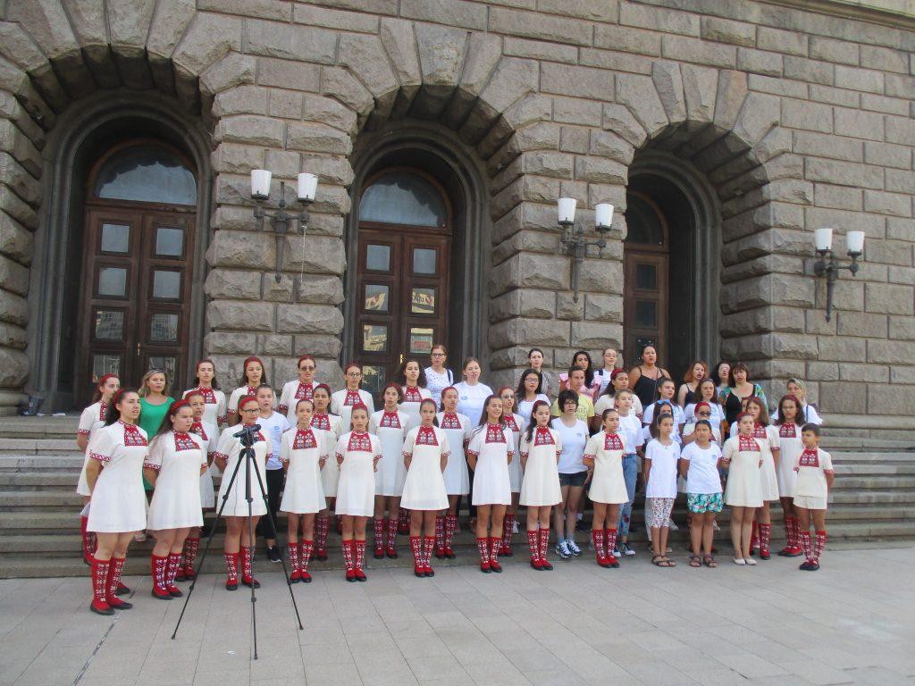 В 9 ч. сутринта днес Детският радиохор запя песни от репертоара си под прозорците на Министерския съвет. Снимка: Къдринка Къдринова