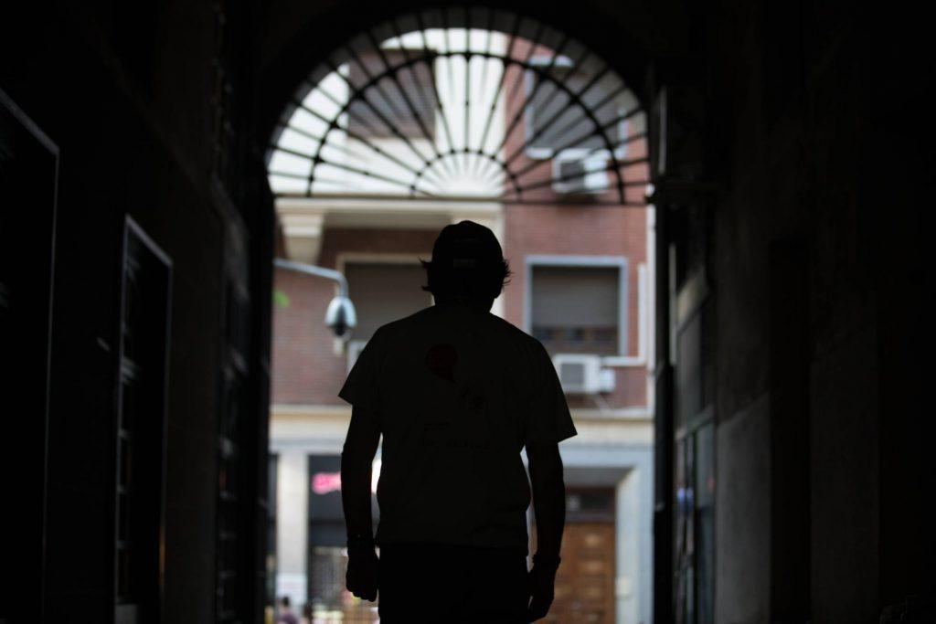 """Хесус в един от безистените край """"Пласа Майор"""". Снимка: El Pais"""