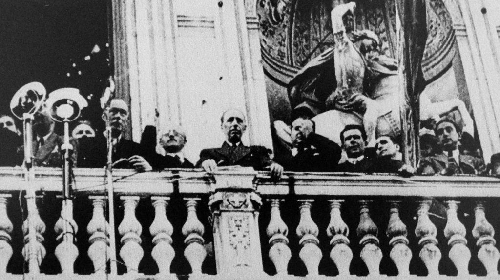 Люис Компанис (в центъра) по време на републиканското управление провъзгласява независимостта на Каталуня. Снимка: El Pais