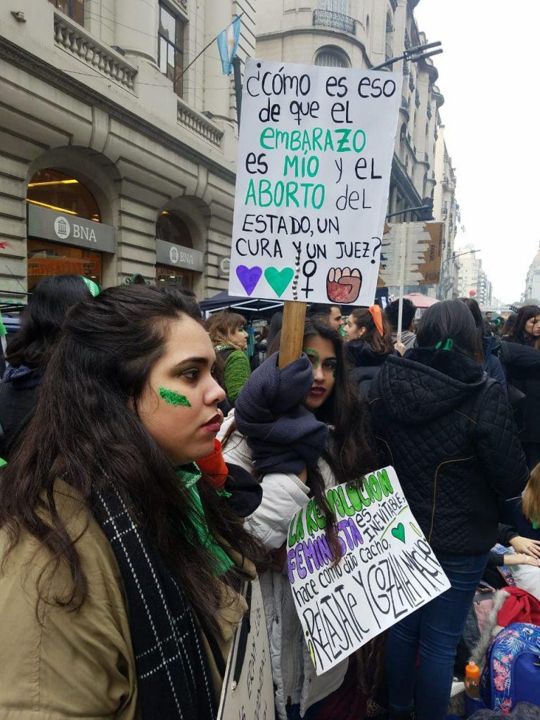 """На вдигнатия плакат пише: """"Как така бремеността е моя, а пък абортът е на държавата, свещеника и съдията?"""". Снимка: Resumen Latinoamericano"""