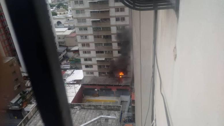 Взривяването на втория дрон на козирката на жилищна сграда. Снимка: Туитър
