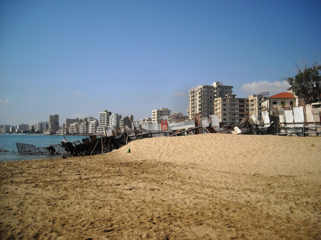 """Зад тази ограда с военни вишки на прочутия плаж """"Глоса"""" е Вароша. Снимка: Бранислава Бобанац"""