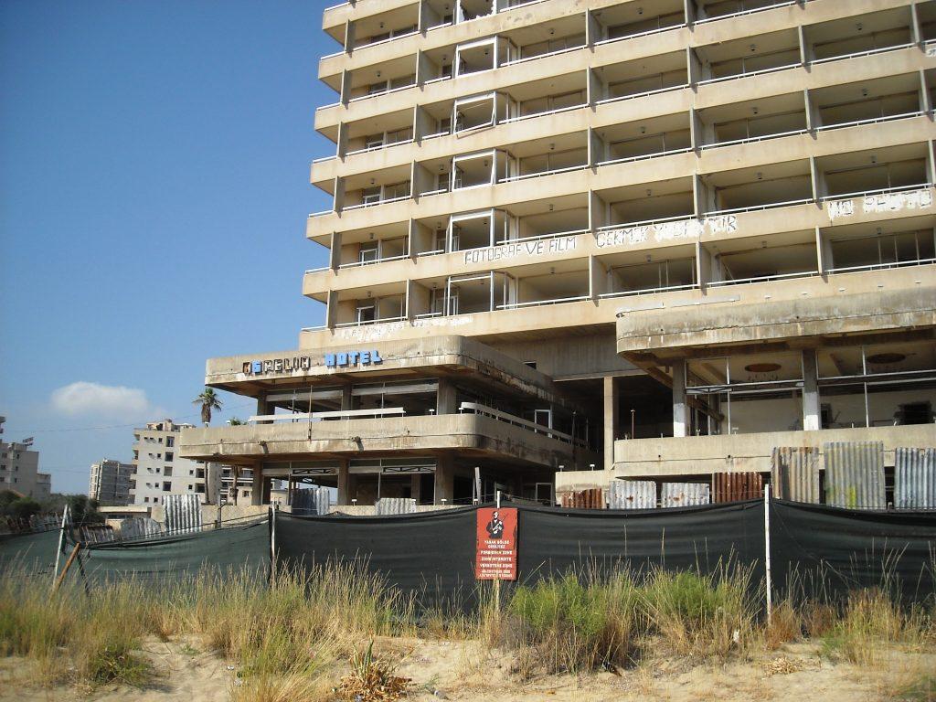 """Някогашните луксозни хотели на """"Кипърската Ривиера"""" днес изглеждат така. Червената табела предупреждава, че те са военна зона. Снимка: Бранислава Бобанац"""