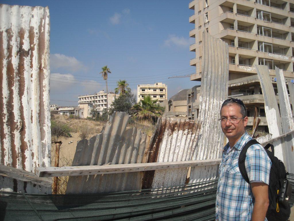 """Андреас Лордос може да види семейния хотел """"Златна Мариана"""" само през оградата. Снимка: Бранислава Бобанац"""
