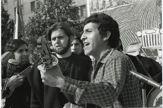 Виктор Хара на концерт в подкрепа на правителството на Народното единство в Чили в началото на 1973-та. Снимка: Fundacion Victor Jara