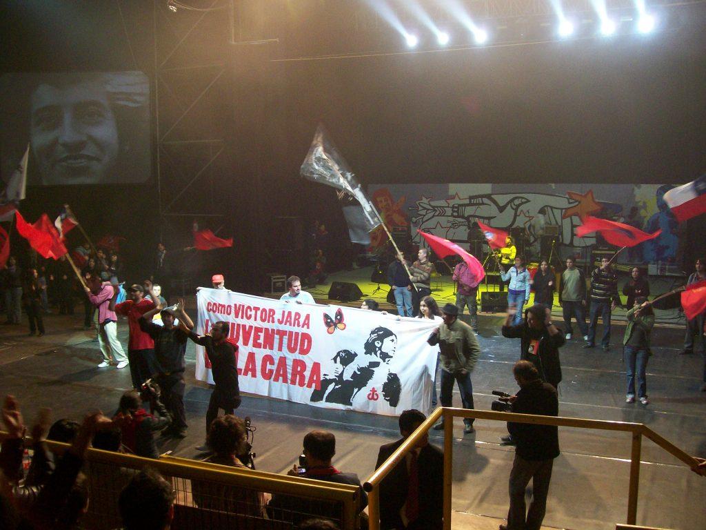 """Момент от концерта в памет на Виктор Хара навръх рождения му ден през 2008 г. в стадион """"Виктор Хара"""" в Сантяго. Снимка: Къдринка Къдринова"""