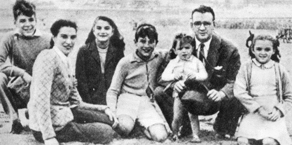 Семейство Гевара на почивка в аржентинския курорт Мар дел Плата през 1943 г. Отляво надясно–Ернесто, майката Селия де ла Серна, сестрата Селия, Роберто, малкият Хуан Мартин, бащата Ернесто Гевара Линч, сестрата Ана Мария. Снимка: Centro de Estudios Che Guevara