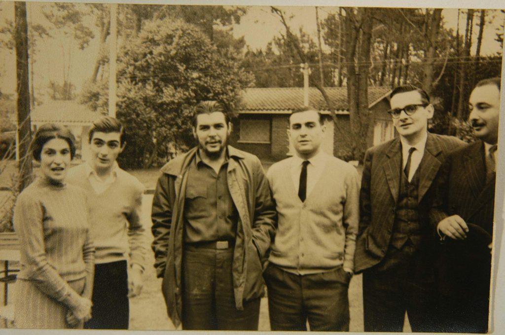 Последната среща на Че със семейството му е в Пунта дел Есте, Уругвай, през 1961 г. Отляво надясно–майката Селия де ла Серна, най-малкият брат Хуан Мартин, Ернесто, Роберто, журналистът Хулио Сесар Кастро и семейният приятел Карлос Фигероа. Снимка: Juan Martin Guevara